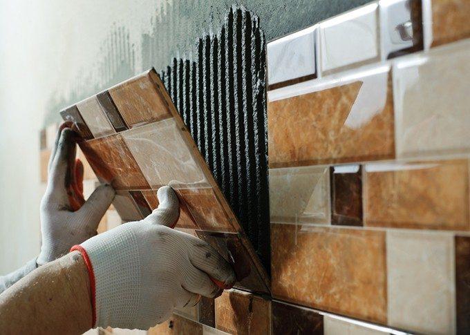 壁にタイルを設置する場面
