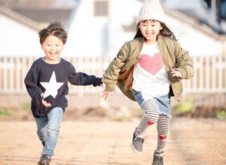 手を繋いで走る少年と少女
