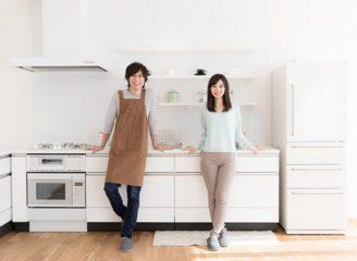 キッチンの前に立つ男性と女性