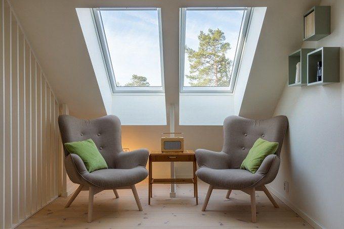 窓際のソファー