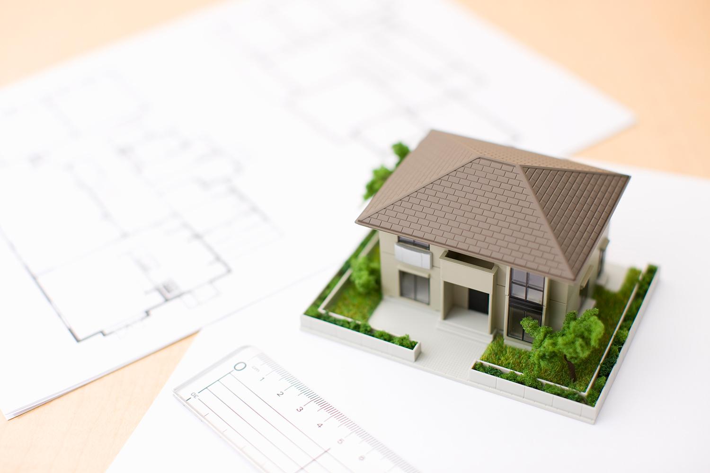 家の模型と設計図