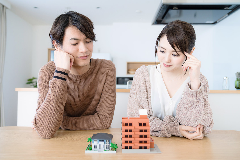 住宅の購入を考える夫婦