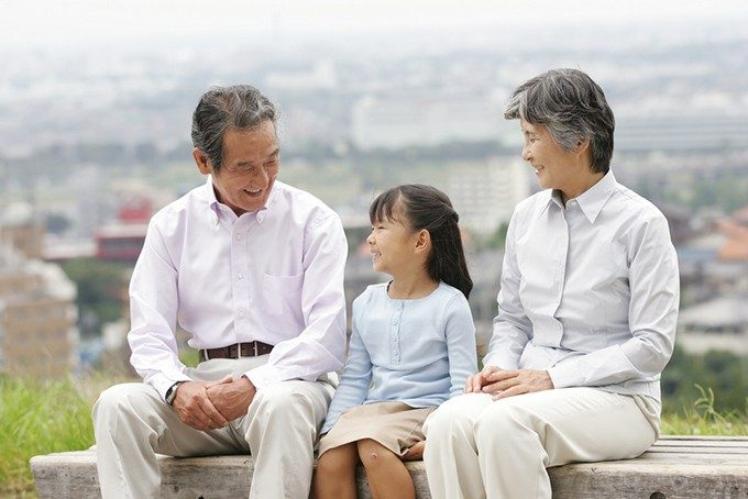 祖父母と子供の座る風景