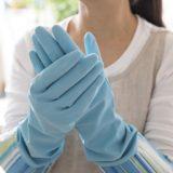 ゴム手袋を見せる女性