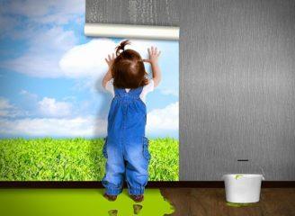 壁紙を貼る子供