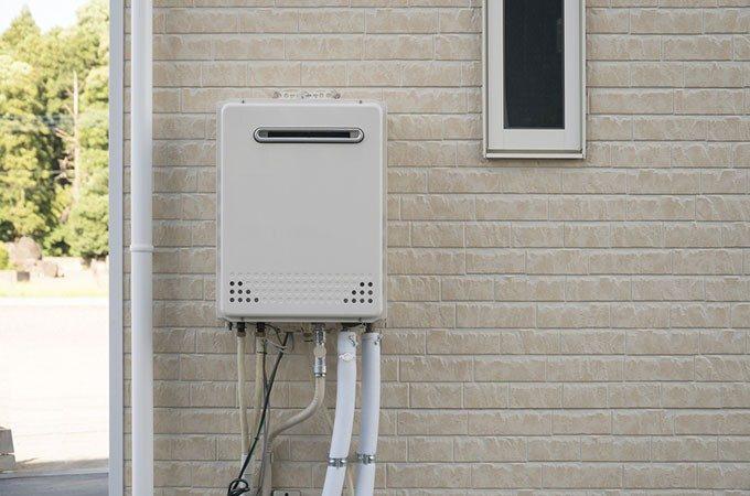 建物外壁と給湯器