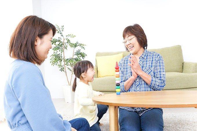 子供と遊ぶ女性達