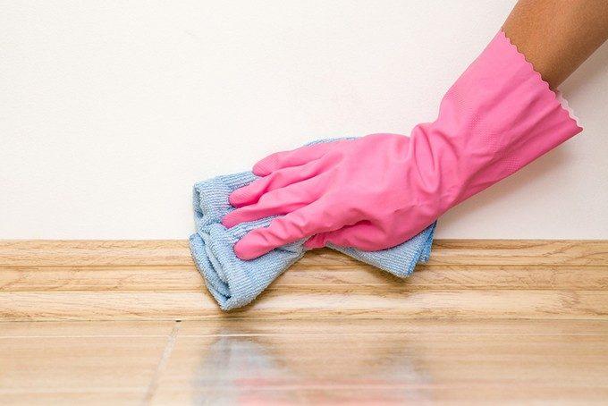 巾木を掃除する手の画像
